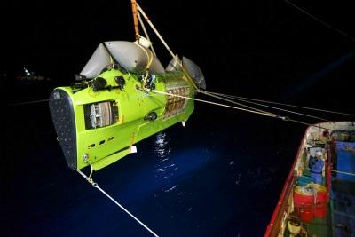 DeepSea_Challenger_Lowered_to_Ocean